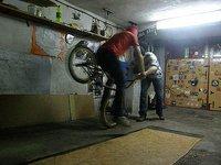 Śnieżyca, więc w garażu ćwiczę bica.