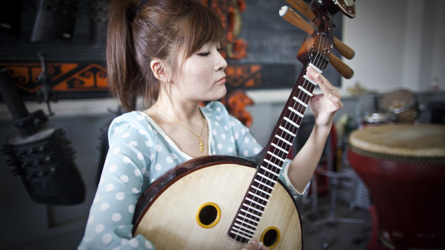 A Guide to Chinese Instruments: Zhongruan (Moon Guitar) 中阮