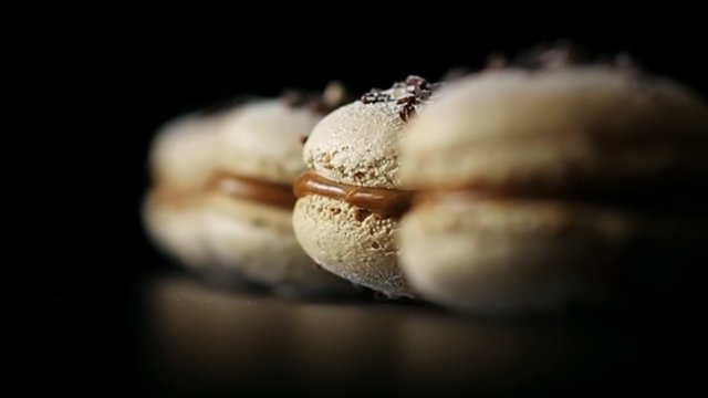 Thumbnail of video Macarons, le désir de croquant