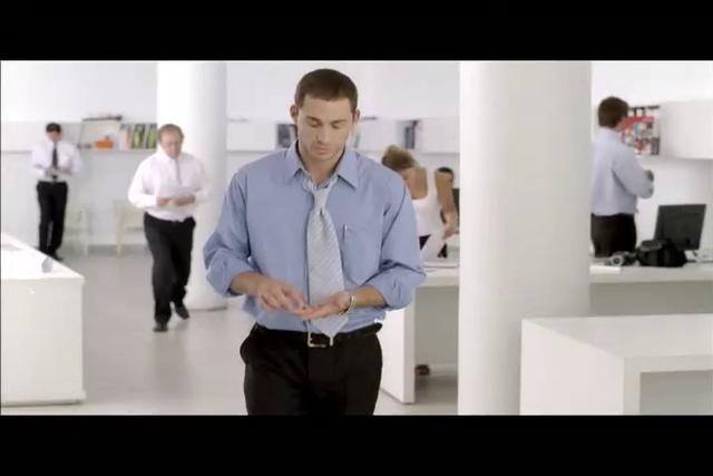 Un oficinista muy moderno atl�tico hace ejercicios frente a la Vending Machine, mientras espera a que salga su producto. Presentaci�n de la nueva galleta sandwich de Quaker, hecha de avena y vainilla y rellena con leche descremada.