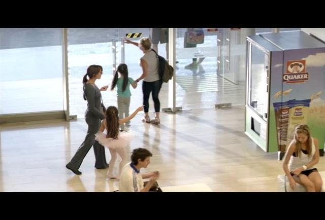 Una madre con su hija salen de la academia corporal. La madre comienza a realizar unos pasos de Tai Chi frente a la Vending Machine, mientras espera a que salga su producto y ante la admiraci�n de su hija. Presentaci�n de la nueva galleta sandwich de Quaker, hecha de avena y chocolate y rellena con leche descremada.