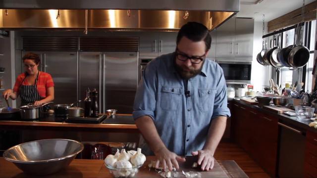 Thumbnail of video Cómo pelar una cabeza de ajo en menos de 10 segundos