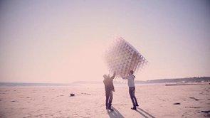 モノリス?! 宙に浮く立方体の凧