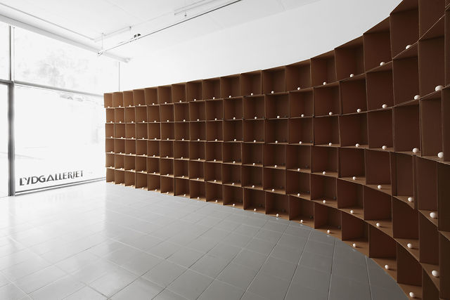 &quot;138 prepared dc-motors, cotton balls, cardboard boxes 40x40x40cm&quot; (2011) by Zimoun