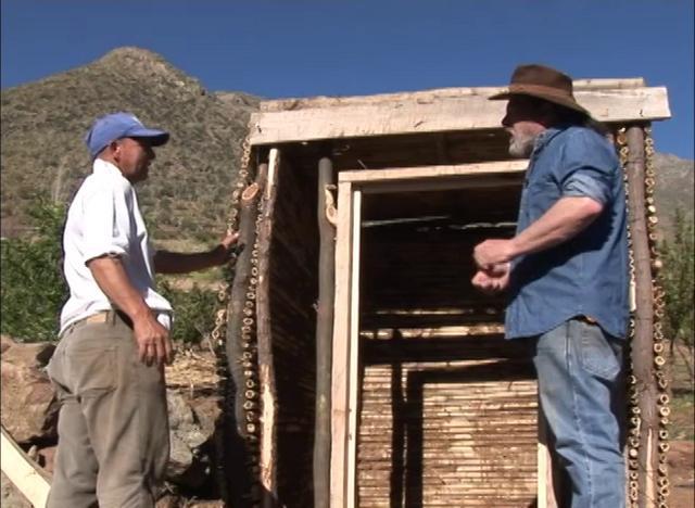 En este vídeo podemos ver cómo se construye una Azufrera, construcción en la cual se guarda la fruta que se seca junto con el azufre para que no se apolille.