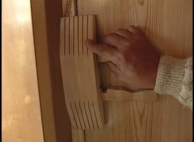 Un ingenioso candado confeccionado sólo con madera, con sus claves y cerrojos es parte de una tradición chilota.