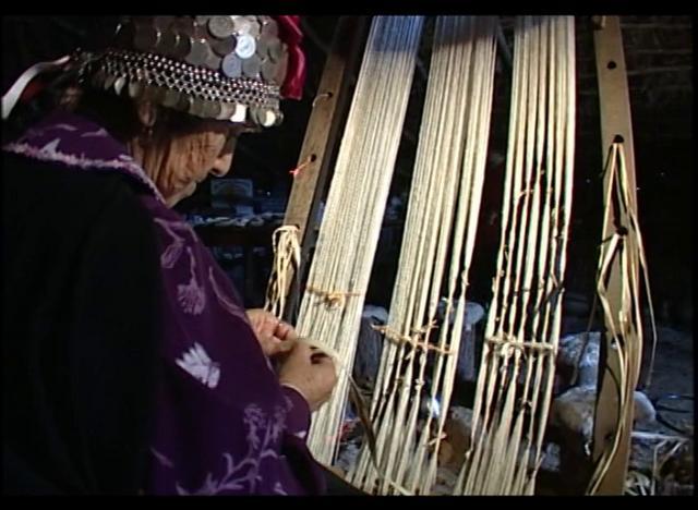 El tejido a telar en el pueblo Mapuche ha sufrido varios cambios, los más tradicionales se han perdido junto con sus cultoras y cultores. El que tenemos aquí corresponde al Trari Kan que es el mas auténtico.