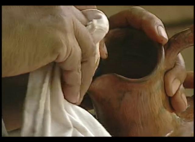 La cerámica de Quinchamalí se caracteriza por su color negro obtenido de una quema muy especial.