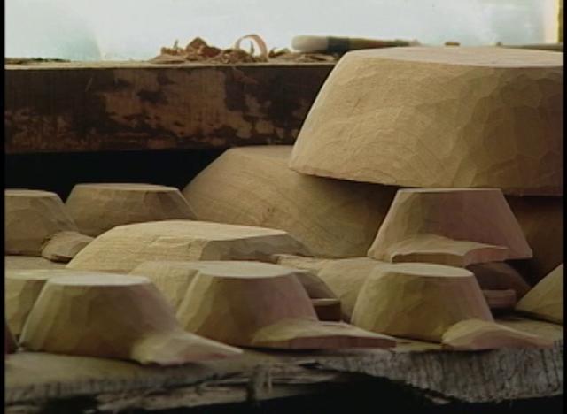 En la localidad de Liquiñe  un grupo de artesanos mapuches han hecho famoso al lugar por sus trabajos en madera nativa.