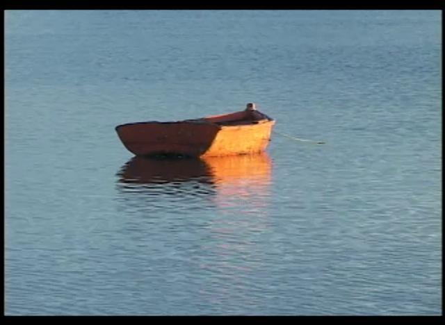 En San Juan Bautista ubicado en Chiloé tenemos astilleros de ribera que elaboran embarcaciones de madera con métodos tradicionales.