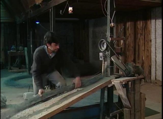 Confección de mallas de alambre reciclado con partes de desecho de autos,