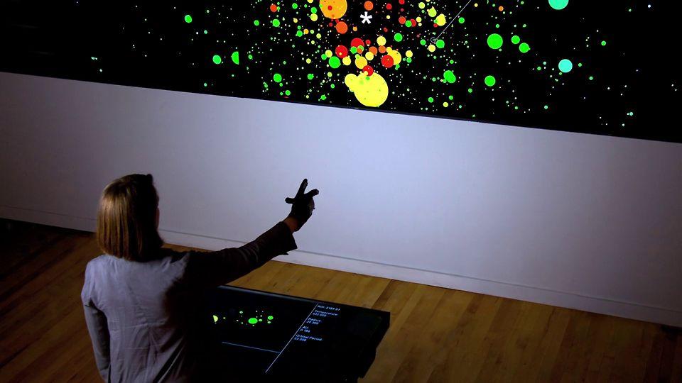 kinect,一款透过红外线发射器和镜头分析玩家动作的动作感应器,在