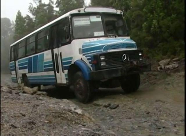 Con el objeto de atender y llegar a comunidades apartadas de la zona costera de Osorno, una pareja decidió realizar el servicio de transporte de pasajeros en un bus adaptado para subir montañas y bosques en las condiciones climáticas mas extremas.