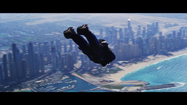 まるで仮想空間? ドバイ上空からのダイビングが壮大すぎる件(動画)