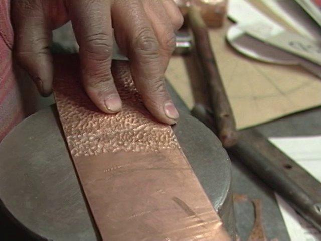 Raúl Celery (Q.E.P.D.) ha sido uno de los mejores exponentes en el trabajo fino con el cobre. Este es un testimonio registrado en su taller.