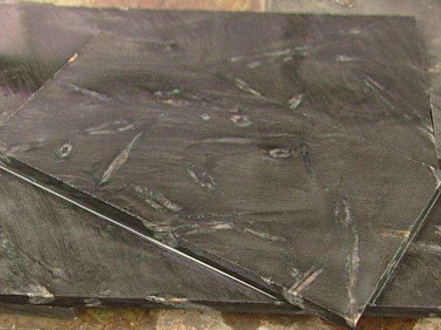 Aprovechando las hermosas características de la piedra cruz en la Región del Bio Bio, cercano a Curanilahue dos jóvenes encuentran la tecnología para generar baldosas con la piedra madre donde aparecen las incrustaciones de Piedra Cruz.