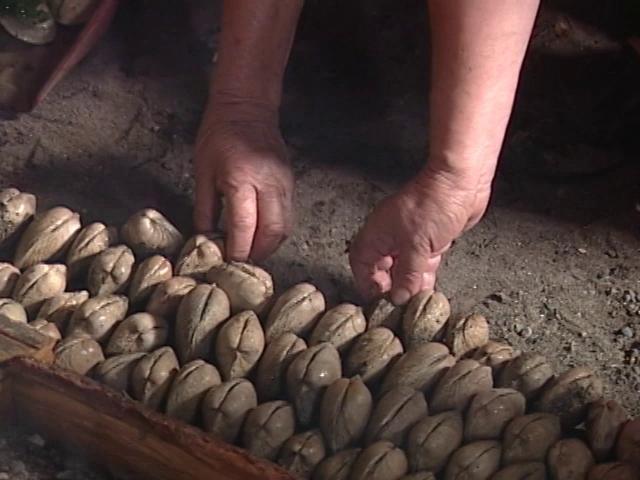 Uno de las prácticas más desconocidas es la forma como se consumían algunos alimentos en  las culturas cercanas al mar que habitaron nuestras costas. En Chiloé logramos revivir una de estas prácticas que es llamada el Chequey.