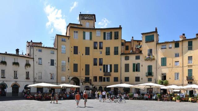 Piazza Anfiteatro (Lucca, Italy)