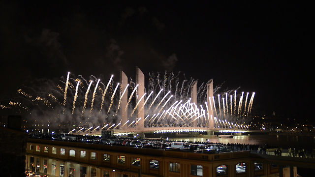 Feu d 39 artifice pour l 39 inauguration du pont chaban delmas on vimeo - Pont chaban delmas inauguration ...