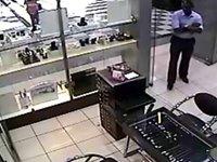 Ladrão se passa por cliente e deixa local após furtar vários produtos expostos na loja.