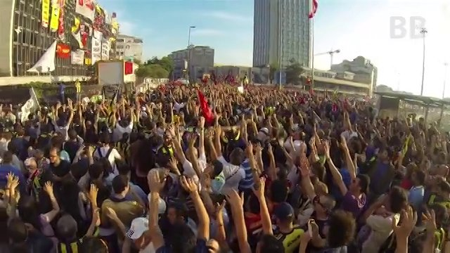 FOOTBALL FANS MARCHING TO SUPPORT TAKSIM GEZI PARK PROTESTS /  Futbol Taraftarlari'nin Taksim Gezi Park Destegi [HD]