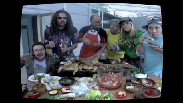 Un grupo de amigos se re�ne frente al Televisor a mirar el mundial comiendo groseramente.