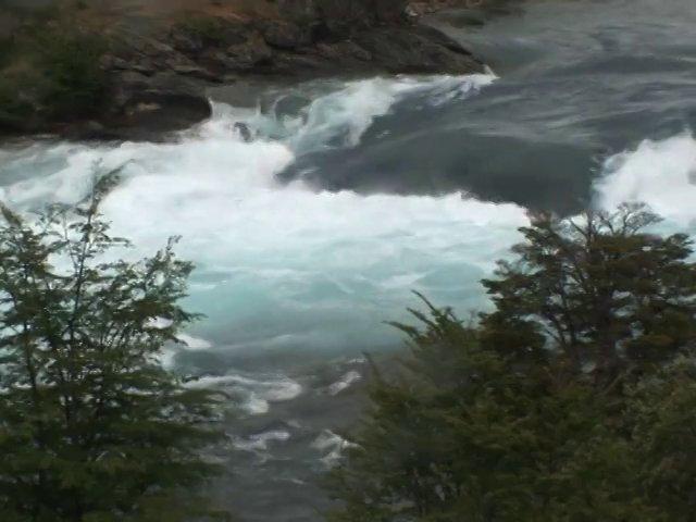 El río Baker en la Región de Aysén es un emblemático curso de agua que se convierte en uno de los más caudalosos del país. Sus aguas se caracterizan por un color que trae el sello de los deshielos glaciares. Durante años fue la única forma de penetrar en esta parte de la región donde los colonos lo remontaban casi milagrosamente. Hoy, este río arriesga una intervención humana con las represas que se piensan construir en algunas partes de su curso. El video nos muestra el sentimiento de los colonos por lo que se viene.