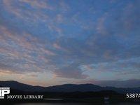 湖の朝 微速度撮影 湖の夜明けの風景
