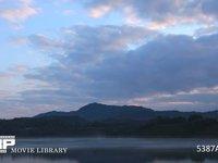 ダム湖の霧 微速度撮影 放射冷却で寒い朝の湖面に立ち上る蒸気霧
