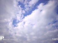 青空と雲の動き 微速度撮影 少し雲の多い青空