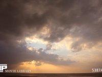 空と雲の微速度撮影 夕焼けの海 不安定な天候で風の強い夕焼けの海 微速度撮影