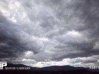 曇りの日の雲の流れ 微速度撮影  雲の隙間から太陽の光がラインになって現れます