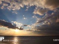 海辺の夕暮れ  微速度撮影 雲の多い日の夕焼け