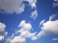 青空と雲の流れ 微速度撮影 青空に次々と流れる積雲