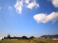 青空と雲の微速度撮影 地上風景あり  西向き 北西の風 高速