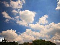 青空と雲の微速度撮影 地上風景あり 流れず変化する雲