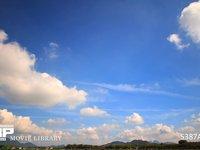青空と雲の微速度撮影 地上風景あり