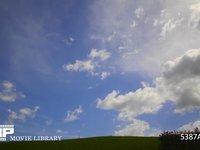 青空と雲の微速度撮影 地上風景あり 左から右