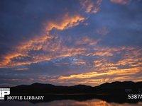 ダイナミックな朝焼け 微速度撮影 湖に映る真っ赤な朝焼け