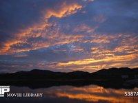 ダイナミックな朝焼け 微速度撮影 湖に映る真っ赤な朝焼け チルトアップバージョン
