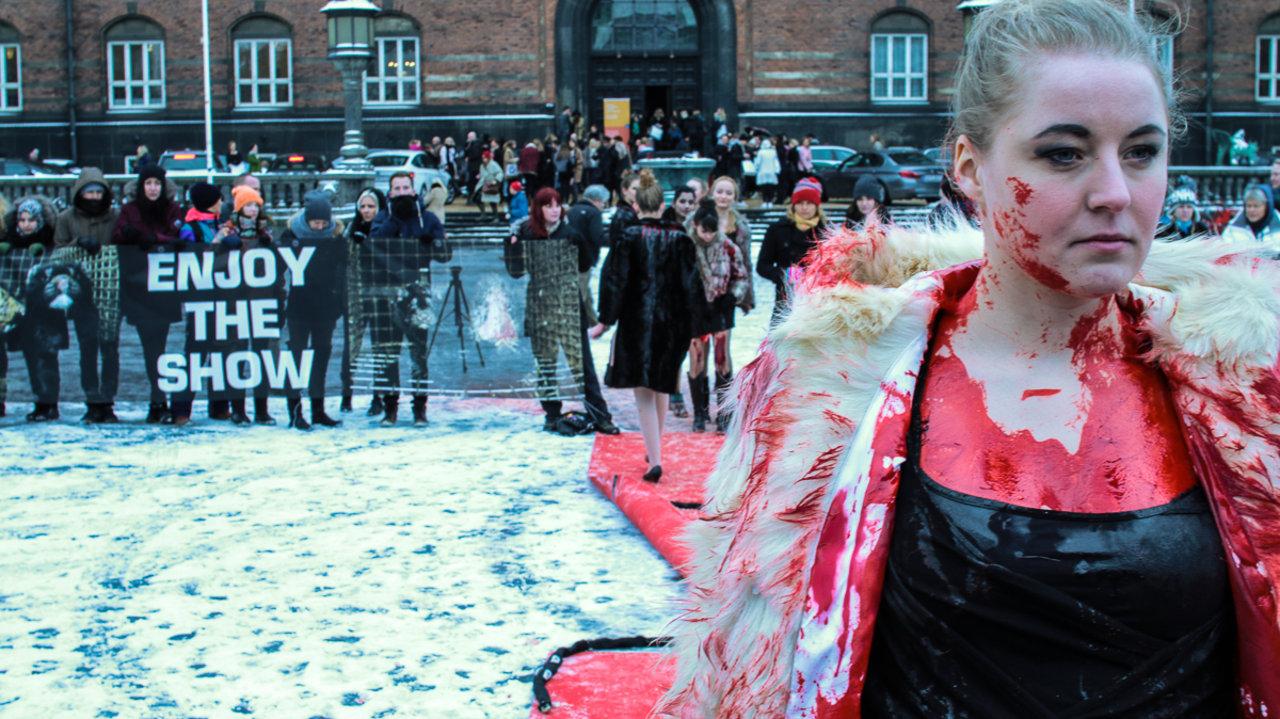 Blodig catwalk åbnede modeugen on Vimeo