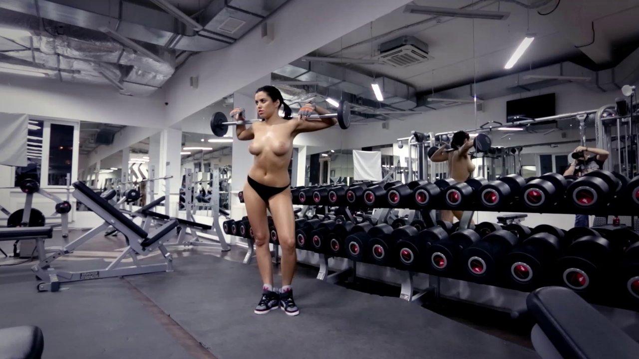 golie-v-sportivnom-zale