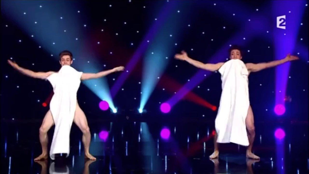Dwóch facetów z ręcznikami