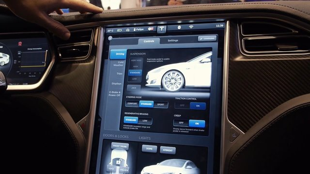 un tesla en el mobile world congress