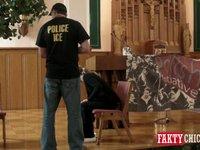 Policjant zatrzymuje kierowcę bez dokumentów